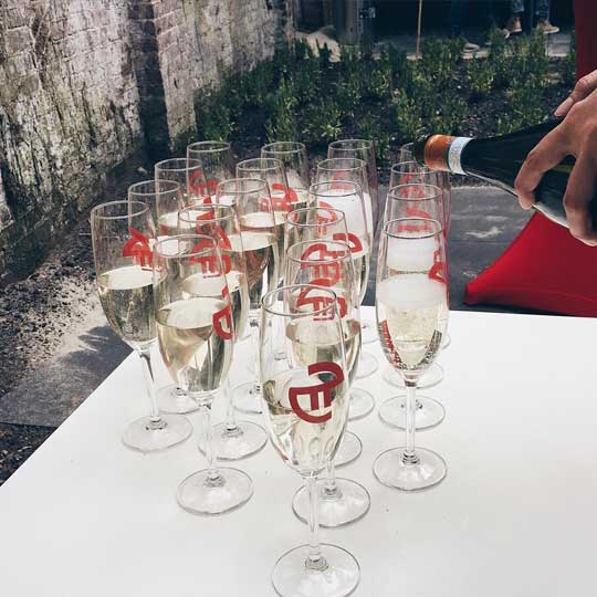 Pi Marketing viert met champagne